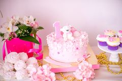 Een mooie heerlijke suikergoedbar in roze en gouden kleuren voor een kleine prinses op haar 1st verjaardag Stock Foto's