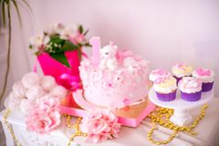 Een mooie heerlijke suikergoedbar in roze en gouden kleuren voor een kleine prinses op haar 1st verjaardag Royalty-vrije Stock Afbeeldingen