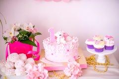 Een mooie heerlijke suikergoedbar in roze en gouden kleuren voor een kleine prinses op haar 1st verjaardag Royalty-vrije Stock Foto's
