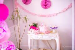 Een mooie heerlijke suikergoedbar in roze en gouden kleuren voor een kleine prinses op haar 1st verjaardag Stock Afbeeldingen