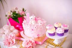 Een mooie heerlijke suikergoedbar in roze en gouden kleuren voor een kleine prinses op haar 1st verjaardag Royalty-vrije Stock Fotografie