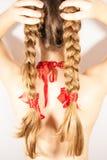 Een mooie jonge volksvrouw stelt haar lange haarlokken voor Stock Fotografie