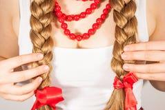 Een mooie jonge volksvrouw stelt haar lange haarlokken voor Stock Foto's