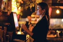 Een mooie jonge vrouw bij het bureau in een restaurant royalty-vrije stock foto