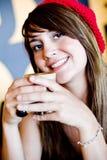 Een mooie jonge vrouw die lucnh in een koffie heeft Royalty-vrije Stock Foto's