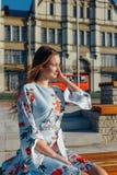 Een mooie jonge vrouw in een gevoelige blauwe kleding royalty-vrije stock fotografie