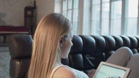 Een mooie jonge vrouw op de tablet gaat de zoekmachine google type woorden in Het blonde draait de tekst in Google stock video