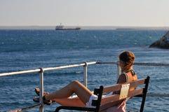 Een mooie jonge vrouw op molo in Limassol Stock Foto's