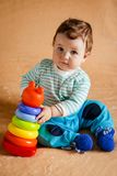 Een mooie kleine baby met blauwe ogen stock afbeelding