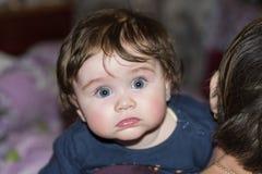 Een mooie kleine kleindochter koestert stevig haar grootmoeder royalty-vrije stock foto