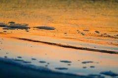 Een mooie, kleurrijke zonsondergang bij het Oostzeestrand Stock Foto