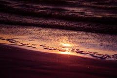Een mooie, kleurrijke zonsondergang bij het Oostzeestrand Royalty-vrije Stock Afbeeldingen