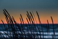 Een mooie, kleurrijke zonsondergang bij het Oostzeestrand Stock Foto's