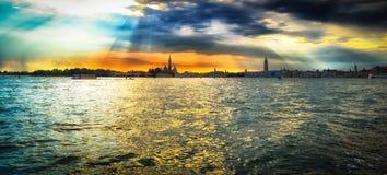 Een mooie kleurrijke zonsondergang over het overzees Royalty-vrije Stock Afbeeldingen