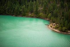 Een mooie kust naast een dik bos royalty-vrije stock afbeeldingen