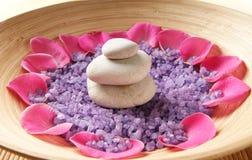 Een mooie kuuroordsamenstelling van bloemblaadjes en stenen Stock Foto