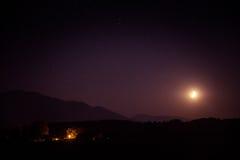 Een mooie maan boven de bergen Royalty-vrije Stock Foto