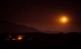 Een mooie maan boven de bergen Royalty-vrije Stock Foto's