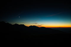 Een mooie maan boven de bergen Stock Foto