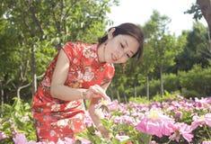 Een mooie meisje en een bloem Stock Afbeelding