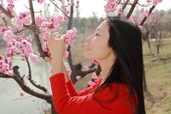 Een mooie meisje en een bloem Stock Foto's