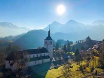 Een mooie mening over bergen en een dorpskerk royalty-vrije stock afbeelding