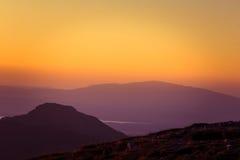 Een mooie mening van de zonsondergang in bergen Stock Afbeelding