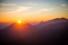Een mooie mening van de zonsondergang in bergen Stock Foto