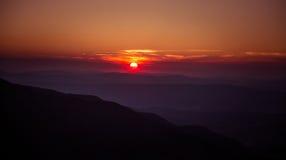 Een mooie mening van de zonsondergang in bergen Royalty-vrije Stock Afbeelding