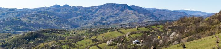 Een mooie mening van het Roemeense platteland op een warme dag van de lente stock afbeeldingen