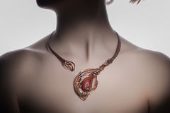 Een mooie met de hand gemaakte bijouterie op de vrouwen` s hals Stock Afbeeldingen