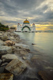 Een mooie moskee bij de meningen van Detroit van Malacca tijdens bewolkte zonsondergang Stock Afbeelding