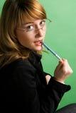 Een mooie onderneemster die een pen houdt Stock Fotografie