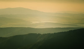 Een mooie perspectiefmening boven bergen met een gradiënt Stock Afbeeldingen