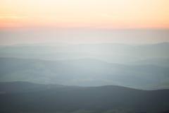 Een mooie perspectiefmening boven bergen met een gradiënt Stock Foto