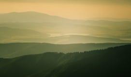 Een mooie perspectiefmening boven bergen met een gradiënt Royalty-vrije Stock Afbeelding