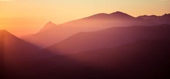 Een mooie perspectiefmening boven bergen met een gradiënt Stock Foto's