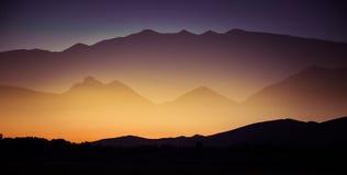 Een mooie perspectiefmening boven bergen met een gradiënt Stock Fotografie