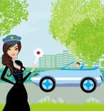 Een mooie politievrouw houdt auto tegen Stock Foto's
