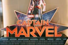 Een mooie rechtopstaande reiziger van een film riep Kapitein Marvel of Carol Danvers-sterren door Brie Larson-vertoningen die bij stock foto