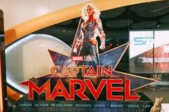 Een mooie rechtopstaande reiziger van een film riep Kapitein Marvel of Carol Danvers-sterren door Brie Larson-vertoningen die bij stock fotografie