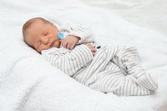 Een mooie slaapbaby met lepel Stock Foto