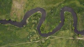 Een mooie smalle en het winden riviermening van hierboven Royalty-vrije Stock Afbeelding