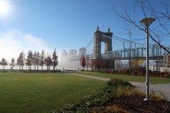 Een mooie stadsbrug zit in de ochtenden zware mist royalty-vrije stock foto's
