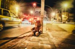 Een mooie stuk speelgoed teddybeer op het uitstekende retro verkeer van straatantwerpen stock afbeeldingen