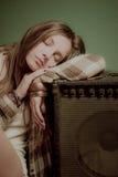 Een mooie tienerslaap op een correct apparaat stock afbeeldingen