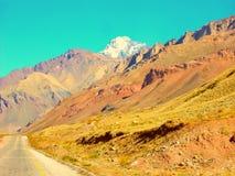 Een mooie vallei van bergen door Ruta 40 Mendoza Argentinië royalty-vrije stock afbeelding