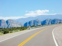 Een mooie vallei van bergen door Ruta 40 Mendoza Argentinië Stock Foto's
