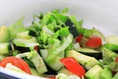 Een mooie, verse emmer salades geeft een maaltijd het essentiële saldo om een hongerig lichaam te voeden Tomaten, komkommer, avac royalty-vrije stock fotografie