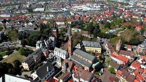Een mooie vlucht op een quadcopter in het centrum van Weinheim Weergeven van de huizen en de kastelen duitsland stock videobeelden